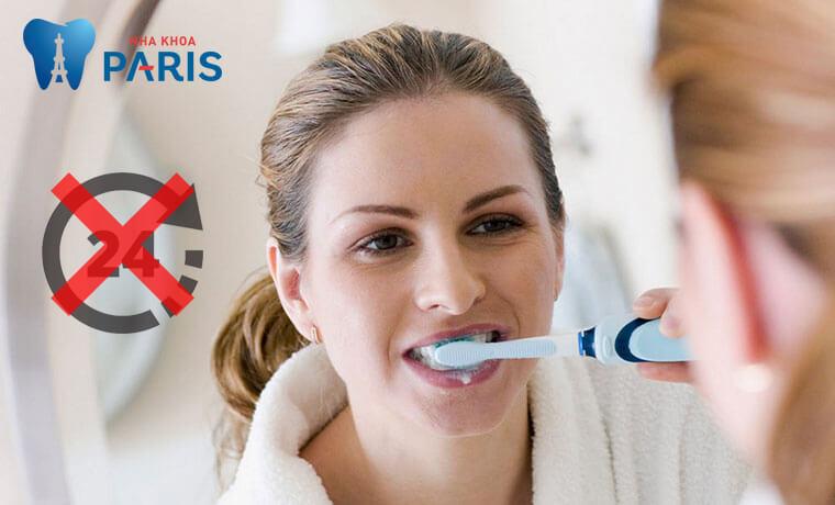 Nhổ răng khôn xong không đánh răng không trong 24h