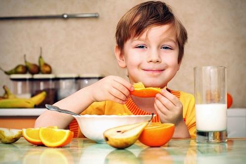 Bổ sung các thực phẩm giàu vitamin C trong thực đơn hàng ngày cho trẻ