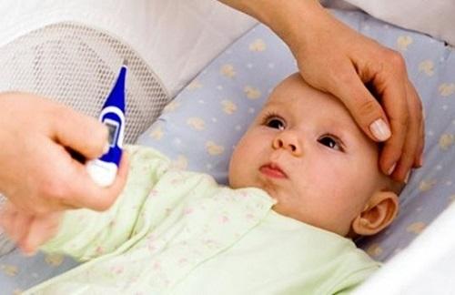 Trẻ mọc răng nanh bị sốt có nguy hiểm không? 2