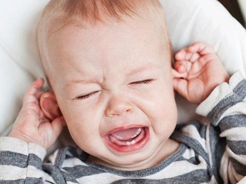 dấu hiệu trẻ mọc răng cấm