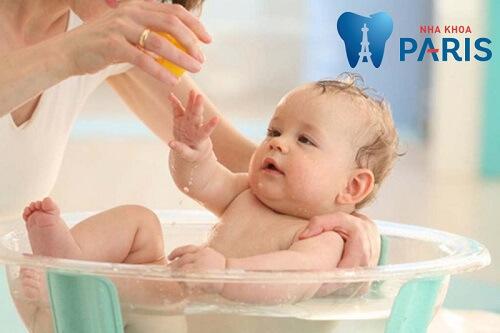 Trẻ sốt mọc răng có nên tắm không
