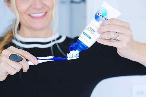 Cách dùng kem đánh răng crest 3d white