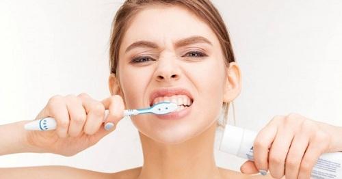 Nguyên nhân mòn cổ chân răng là gì